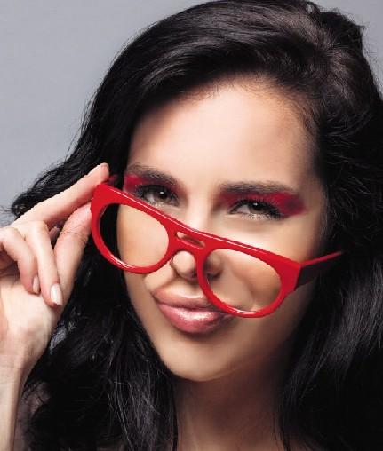 如果是一位青春活泼的少女,佩戴一副大红色眼镜架,更能彰显俏皮可爱