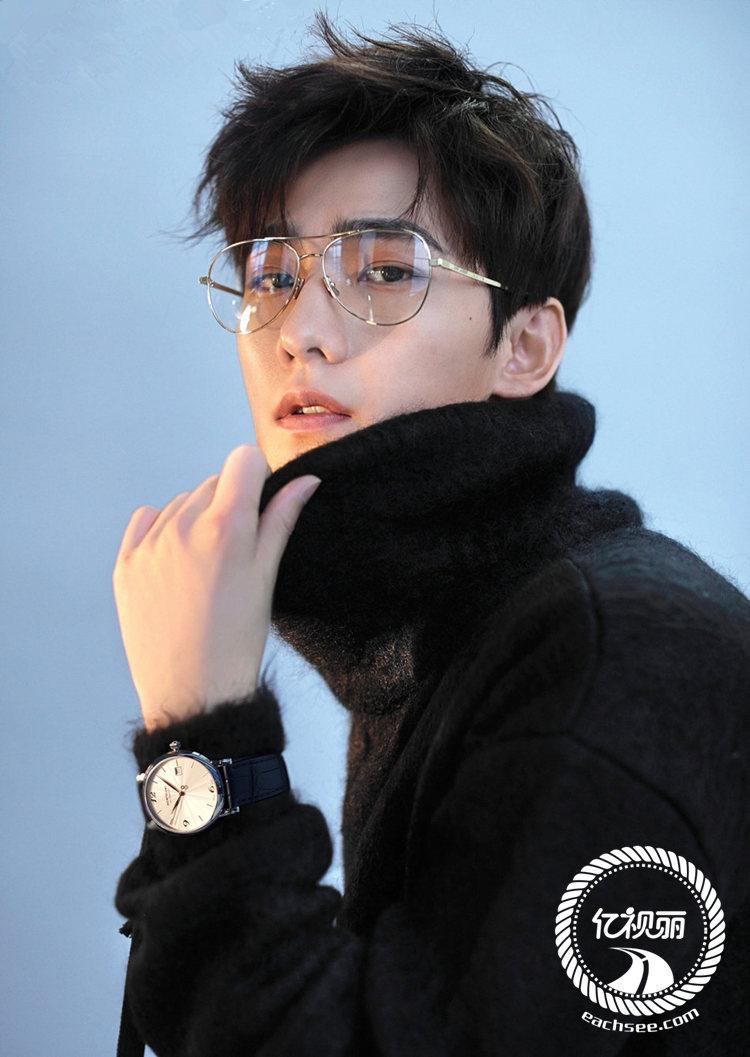 穿着西装,戴着金丝框架眼镜的杨洋,一秒变身富家少爷,帅气的外表,儒雅